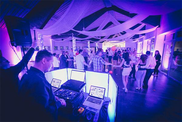 DJ za službeno zabavo